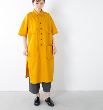コットンのロングワンピはハリ感があって、ここぞというときに着たい印象的な一着です。フロントに並んだボタンがアクセントになっていて、可愛らしいですね。
