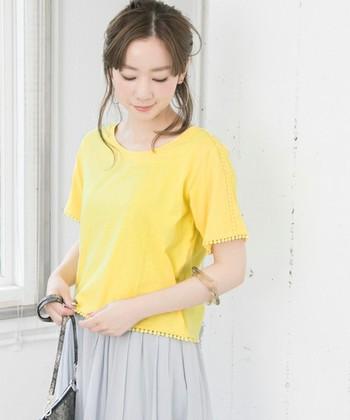 袖と裾につぶつぶが並んだエレガントなTシャツ。適度に開いた襟もとがすっきりとして見えます。長めの袖は気になる二の腕も隠してくれます。