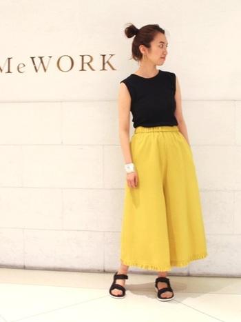 裾にフリルがついた小技の効いたフレアパンツは、ほどよい甘さがあり一着持っていると重宝するアイテムです。