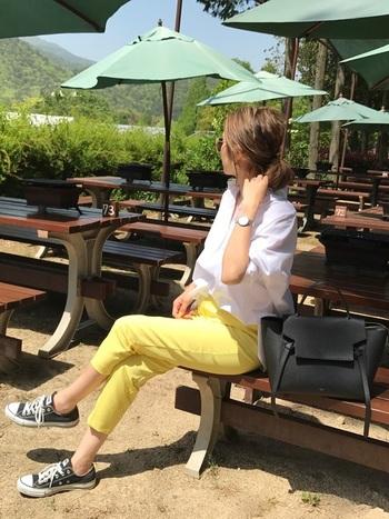 細身のシルエットが美しいタックパンツはトップスをインにした女性らしい着こなしがおすすめ。やわらかい生地感で、やさしく体にフィットします。