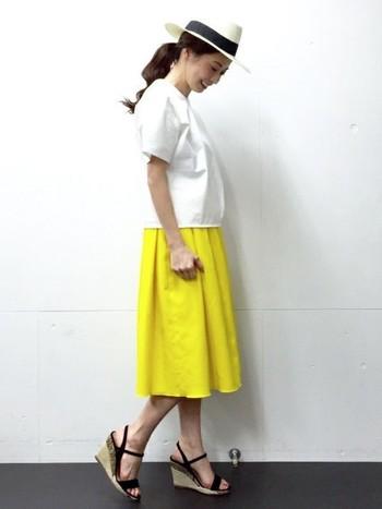 はっきりとした明るめのイエロースカートはタックをたっぷりとって、ふんわりと裾に向かって広がっていくシルエットが美しいですね。インパクトのあるカラーなので、ほかの部分をモノトーンでまとめるとすっきりと見えます。