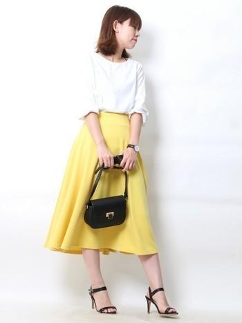 ミディアム丈のイエローフレアスカートはおでかけにぴったりの贅沢な質感です。落ち着きのある色味なので、大人っぽい着こなしができますね。