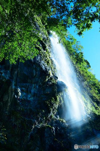灌頂ヶ滝は、滝口から落差80メートルの滝下まで一気に流れ落ちるダイナミックな直瀑です。