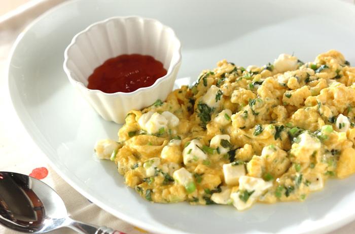 【香菜とチーズのスクランブルエッグ】 こちらは基本のスクランブルエッグに、香菜とクリームチーズを入れて作り、スイートチリソースをお皿に添えます。