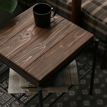つやがあり、ツルツルとした質感のオイル仕上げのテーブルは、まるで木の質感が手に吸い付いてくるような、しっとりとした感触がします。