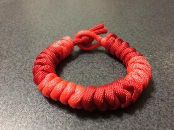 2本の糸を編んでいくつゆ結び。編むと言うより、2本の糸を8の字の様に置いて結んでいくイメージです。糸が太くなると、仕上がりも太くなるので、糸を選ぶ時に色はもちろん太さも、仕上がりをイメージして選びましょう。