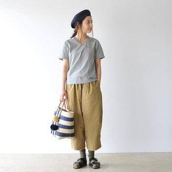 シンプルなコーデに夏らしいカゴバッグを合わせたナチュラルさが好印象。靴下を合わせてカジュアルに仕上げて。
