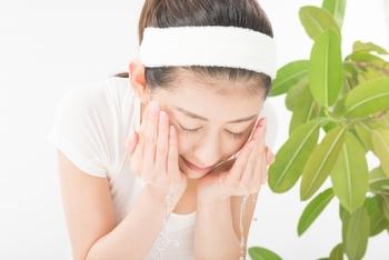 肌全体は乾燥しているのに、Tゾーン・Uゾーンがオイリーになりやすい混合肌。洗顔の時には乾燥しやすいパーツはさっと洗い流し、皮脂残りしている部分は泡で優しく洗うなど、肌質に合わせて洗い方を変えてみましょう。