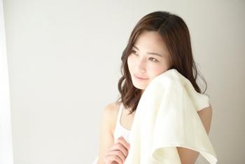洗顔後、タオルドライしたらなるべくはやく化粧水をつけて、乾燥を防ぎましょう。