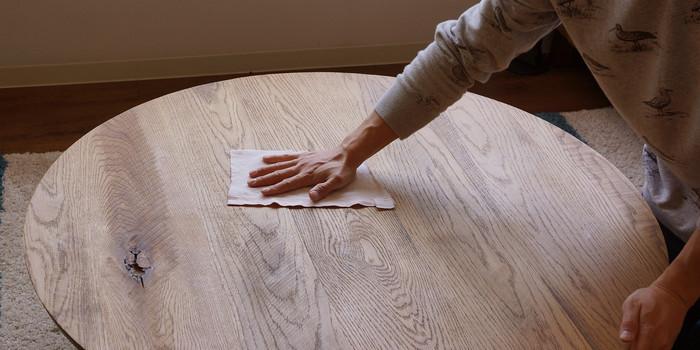 へこんでいる部分は、スチームしたり水を含ませると直すことができるオイル仕上げですが、食事の後は乾拭きや固く絞った布巾でふけばお手入れはOKなんです。