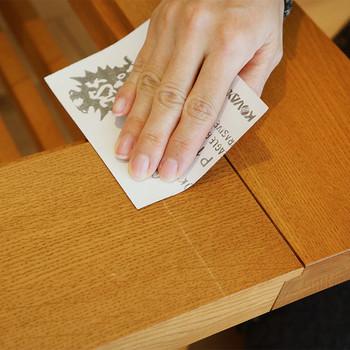メンテナンスが手軽に自分でできるのも大きな魅力。ひっかき傷などの軽めの傷は、紙やすりでこすり、オイルを塗るとキズは消えてしまいます。
