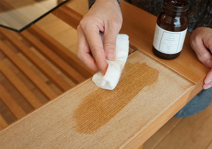 少しずつオイルが抜けて、肌触りもかさかさになっていくオイル仕上げの家具。でもその上からメンテナンスオイルを塗ると元通りになります。
