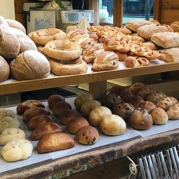 フランス人店主が焼き上げるパンは、日本人好みの味わいで、生地がモッチリとして美味と評判。食事系のハードパンとデニッシュ系が中心ですが、種類は実に豊富です。登山のランチ用なら、デニッシュ生地の惣菜系や、果物やクリームがのった菓子パン系がお勧め。 【朝一番では、全部焼きあがっていないので、テイクアウトに訪れるのなら、9時以降が良いとの情報あり。】