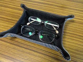 眼鏡ケースとして。外した眼鏡をさっと置いたり、眼鏡をかける時にも取り出しやすいですよ。