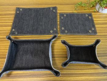 上で紹介したファブリックトレイと同様のカタチに見えますが、こちらの布トレイ、実は組み立て式なんです。広げると1枚のマットのようになります。半分に折って留めることもできるので、持ち運びのときにもとっても便利♪