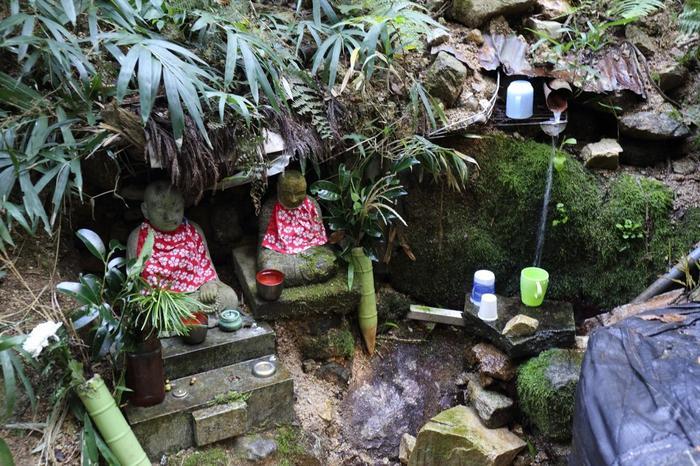 銀閣寺手前の林道には、飲用できる「お助け水」があります。ここまでくれば、銀閣寺までもう少し。