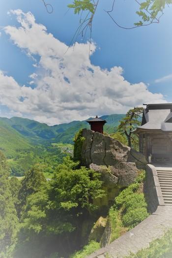 山寺の通称で知られる「立石寺(りっしゃくじ)」。創建は古く860年にさかのぼり、松尾芭蕉の有名な句、『閑さや 岩にしみ入る 蝉の声』が詠まれた寺としても知られています。