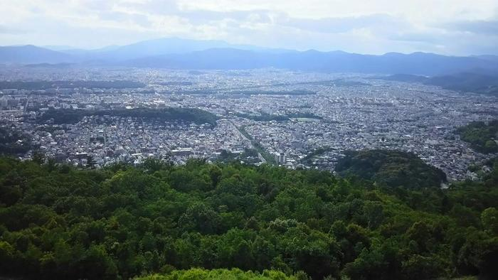 そして眼下には、三方の山並に囲まれた京都の街並みが広がります。京都タワーや京都御所、下鴨神社等など、京都の名所を見つけるのもここならではの楽しみです。【火床からの西方の眺望。左に浮かぶのは、京都大学と吉田山。】