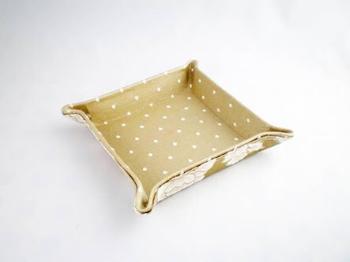 ファブリックトレイは、布で簡単に作れる小物入れです。ちょっとだけ余ってしまったはぎれや自分の好きな布を組み合わせて、カタチやサイズも自由に作れるとっても人気のハンドメイドアイテムなんです♪