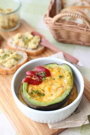 【アボカドに入ったチーズなスクランブルエッグ】 チーズ入りスクランブルエッグをアボカドの器に流し入れ、盛り付けてから一緒にいただくという遊び心満載のレシピ。おもてなしにも◎