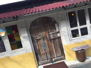 根来寺の門前に店舗を構えるCASA DE CHA 1472さん。まるで外国のようなおしゃれな外観や、センス溢れるインテリアも話題になっています。現在お店がある場所は、もともと根来寺のお茶処だったそう。かつて訪れた人々がこの場所でお茶を飲み、心を整えて参拝していた。そんな情景にも想いを馳せながら、ゆっくり過ごしたくなる素敵なカフェです。