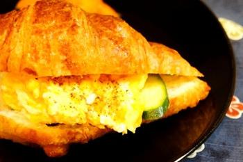 豆乳の入ったスクランブルエッグを、クロワッサンに挟んでしまいましょう~!両方バターを使ったものですから、ジュワッとフワッと美味しそう!