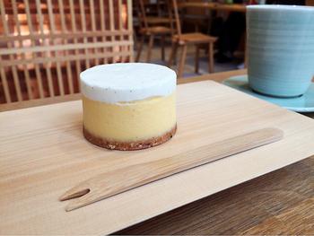 ケーキのモチーフは茶筒!木製プレートは京指物の「中川木工芸」によるオリジナルです。
