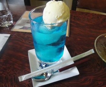写真はブルーハワイ色のクリームソーダ。 オーギョーチィと合わせれば涼しさが増しますね♪