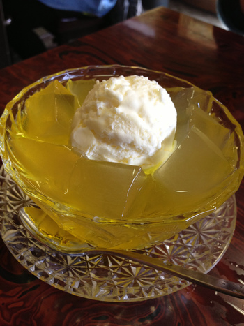 アイスクリームがちょこんと乗った「チークリーム」。