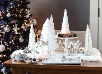 お店で買う豪華なクリスマスケーキも素敵だけれど、おうちで作るケーキは簡単なものでも不思議と美味しく、家族や友人と過ごすひとときに楽しい思い出を添えてくれます。生クリームやフルーツ、チョコレートなどを可愛くデコレーションして、今年のクリスマスケーキをワンランクアップさせてくれるアイデアを見ていきましょう。