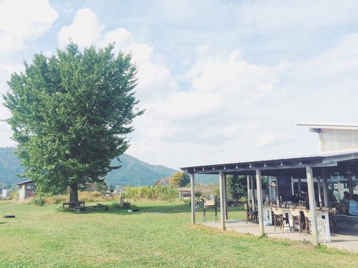 """『ソラノネ食堂』のソラノネとは、""""空の音色が響く場所""""という意味から名づけられたそう。名前の由来の通り、青い空と雄大な自然に囲まれた、美しいロケーションも魅力です。大自然の中でいただく美味しいご飯は、その味わいもまた格別ですね☆"""