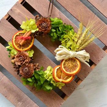 オレンジスライスのドライフルーツや小麦や木の実をあしらったリースは、作物の収穫や心の成長を願う想いが詰まっています。