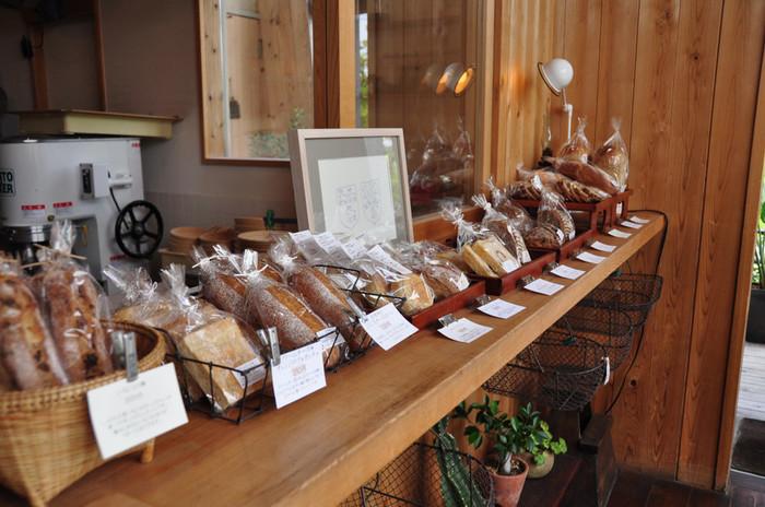 こちらのお店では、お米・果物・ハーブなど、様々な食材から酵母を自家培養しているそうです。パンに使用する材料も地元の契約農家さんが作る小麦粉や、環境汚染の少ないモンゴルの岩塩など、一つ一つの素材にとことんこだわって作られています。そんな店主の愛情と自然の美味しさがたっぷり詰まったパンと料理を、大山の自然を眺めながら味わえる素敵なお店です。