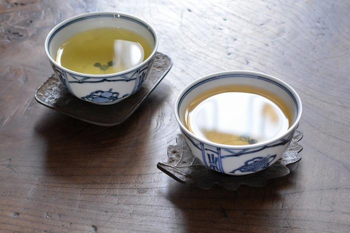お茶碗を受ける茶托。煎茶のお点前では必須アイテム。アクセサリーをのせたり、キーなどの小物を置いておくのにもおすすめです。 こちらの茶托は南部鉄器製で、長く使うほどに味わいが深まります。