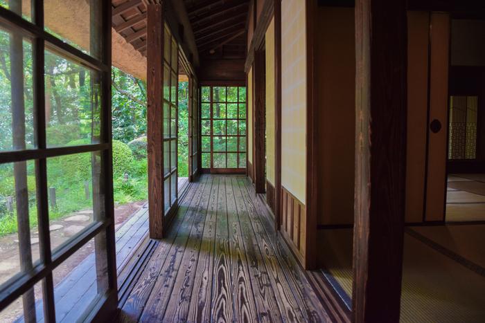 吉田兼好(兼好法師)は『徒然草』で、「家の作りやうは、夏をむねとすべし」と記しているように、日本の夏は暑いので、昔から暑さをしのぐことが家作りの基本でした。そのため、縁側や廊下を作って風通しが良くしたり、障子で直射日光を防ぐなど、日本の建物は涼しく過ごすための工夫が凝らされています。