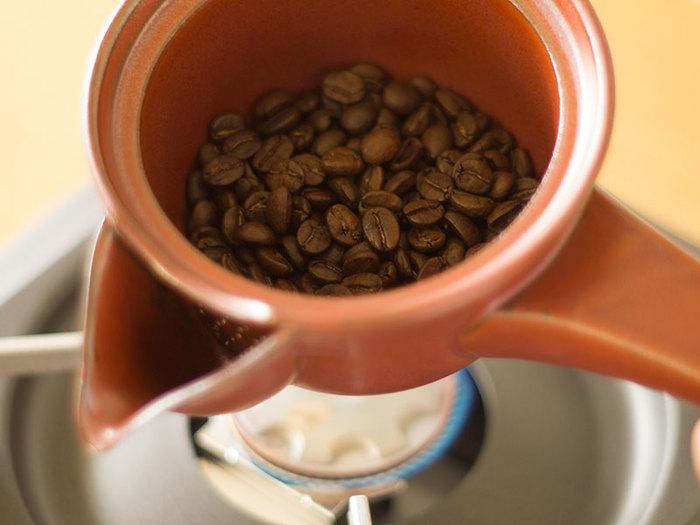 さらにほうじ茶を気軽に楽しめる、「焙じ器」と急須が合体した道具もあります。 これを使ってコーヒーを炒ることもできますし、紅茶の茶葉と牛乳・スパイスを入れてチャイティーにも使えるスグレモノ。 気軽なティータイムに嬉しいアイテムです。