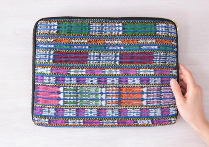 こちらも「コルテ」を使ったPCケース。カラフルなボーダーにグアテマラ特有のかすり模様が入ってます(画像提供:ilo itoo)