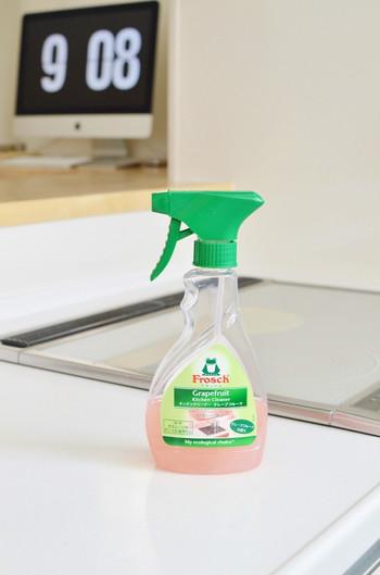 こちらは、シュシュッとスプレーして拭くだけで、キッチンが見違えるようにキレイになるというキッチンクリーナー!ガンコな油汚れをしっかり落とす天然グレープフルーツエキスが配合されています。フルーティーな香りだけでなく、自然に還る素材でできているので、とってもエコなんですよ。