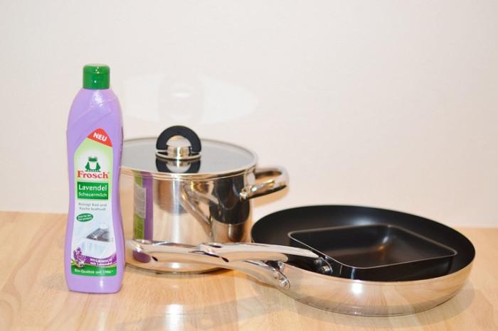 こちらは天然成分配合のクリーナー。人にやさしい成分なのに、こびりついた汚れをスッキリ落としてくれる優れものです!鍋もフライパンもピカピカになり気持ち良いですね!