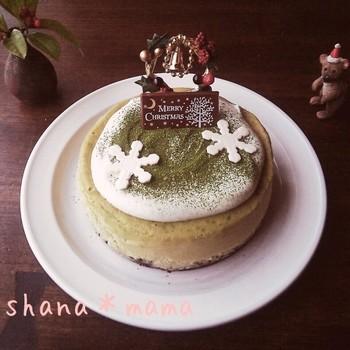 落ち着いたクリスマスオーナメントでシンプルにデコレーションされた抹茶チーズケーキです。濃いめの抹茶がポイントの大人のクリスマスケーキ。柔らかい雪のようなクリームと振りかけられた抹茶が綺麗ですね。ケーキのグリーンを生かして、デコレーションは自由に楽しんでみましょう。