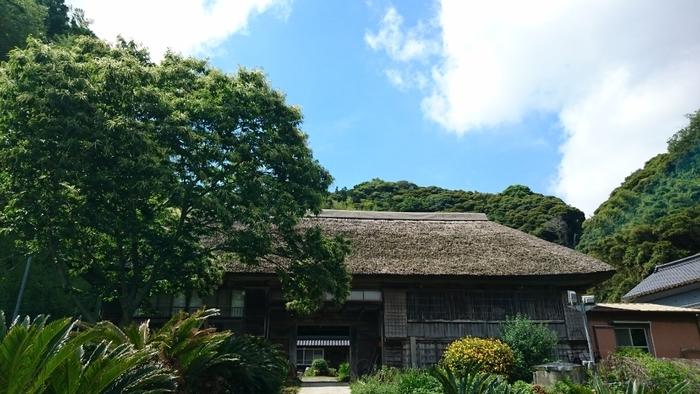 大きな長屋門をくぐった先にある、江戸年間から続く築300年の民家で、有機野菜を用いた農家ごはんを提供しています。 予約制で、午前10時から午後3時までの間、ランチを提供しています。食材は、敷地内の「いなばナチュラルファーム」で穫れたお米や野菜、卵。