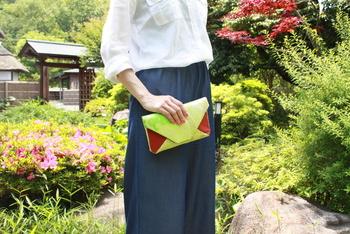 和風の生地に限らず、素敵な色柄の数寄屋袋があります。クラッチバッグとしてちょうど良いサイズ感。
