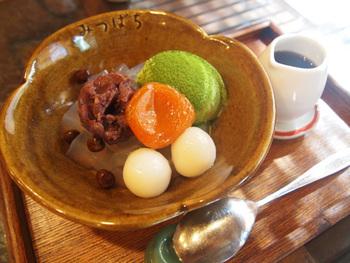 自家製の寒天を使った「あんみつ」の美味しいお店なので、「抹茶クリームあんみつ」はいかが?  もちもちの白玉と、丁寧につくられた寒天、しっとりやわらかな赤えんどう豆に、あまずっぱい杏の相性は抜群です。