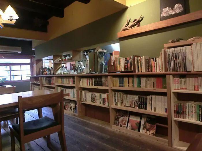 「うなぎの寝床」のような奥に細長い店内の壁には、本棚がずらりと並びます。中には、コミックを始めとした本がぎっしり。  本探しも面白く、ついつい長居したくなってしまうので、時間の余裕をもってゆるりと訪れたいところです。