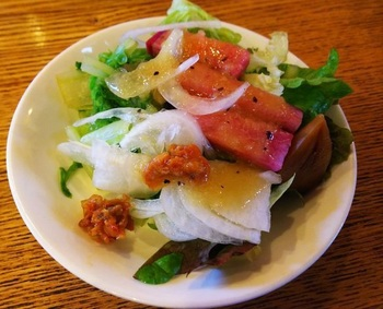ランチ時は、農園で収穫されたばかりの野菜を使ったサラダが食べ放題に。