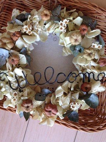 スモーキーなドライアジサイに、ウェルカムメッセージを添えたリースは、大切なお客様を迎える玄関やホームパーティの飾り付けに。カラフル過ぎないナチュラルな色合いで、センスの良さをアピール!