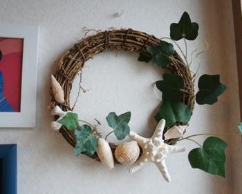 ナチュラルな小枝のリースに貝殻とツタを飾って、夏の到来を感じさせるリース。春も汗ばむ頃になると、夏の気配にワクワク♪