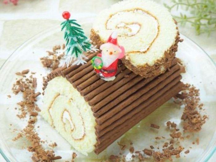 「忙しくてケーキを自分で焼く時間がないな…」という時は、市販のロールケーキにデコレーションするのも手軽な方法です。こちらは黒トッポを豆腐とはちみつで作るクリームの上に貼り付けて行くという斬新なデコ。簡単お洒落な仕上がりですよね。デコレーションに使う市販のお菓子はほかに、ポッキーなど細長いものでも代用できるでしょう。