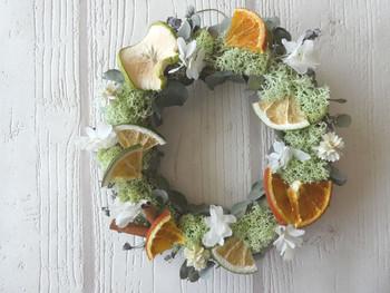 オレンジ・グリーンアップルのドライフルーツとユーカリのリースは、お部屋の中をほのかな香りで癒し空間にしてくれます♪