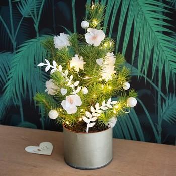 小ぶりの鉢植えにペーパークラフトや電飾を添えた、アイデア溢れるアレンジメント。お友達を招いたパーティーでも喜ばれそう。